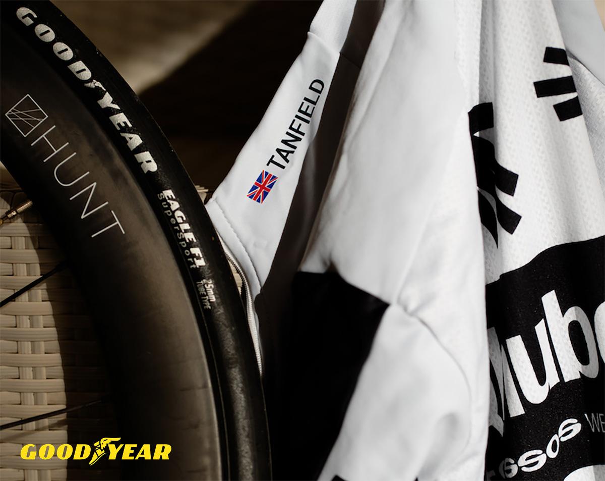 Il copertone Goodyear vicino alla maglia del team Qhubeka Assos 2021