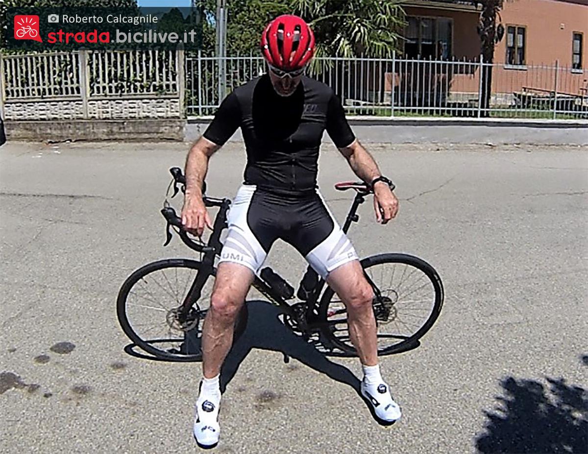 Roberto Calcagnile mentre indossa il nuovo casco per bici Lazer Sphere 2021