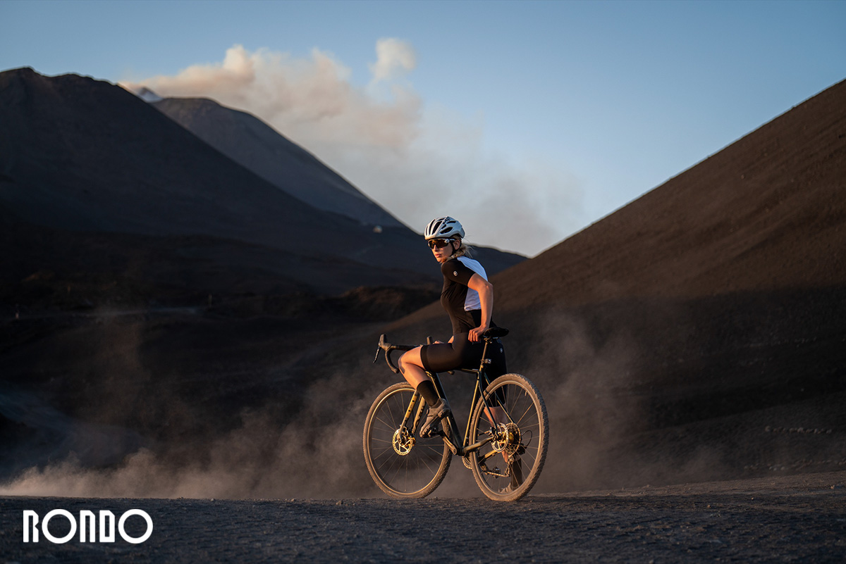 Un ciclista pedala sullo sterrato con una nuova bicicletta da gravel Rondo 2021