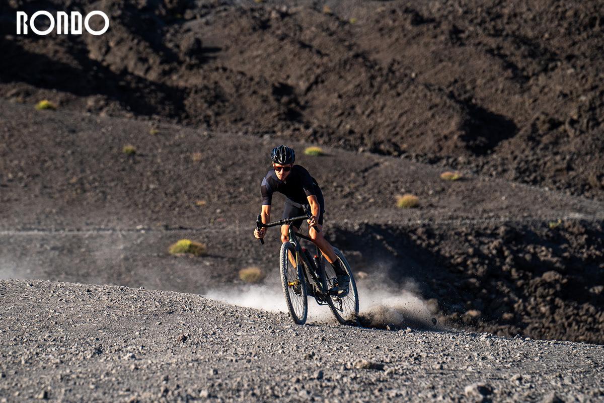 Un ciclista pedala sullo sterrato con una nuova bici gravel Rondo 2021