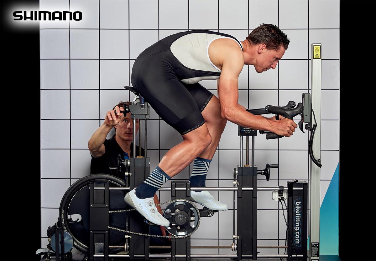 Un ciclista pedala sul macchinario per il test del nuovo fondello Tenku adatta alla sella PRO Stealth