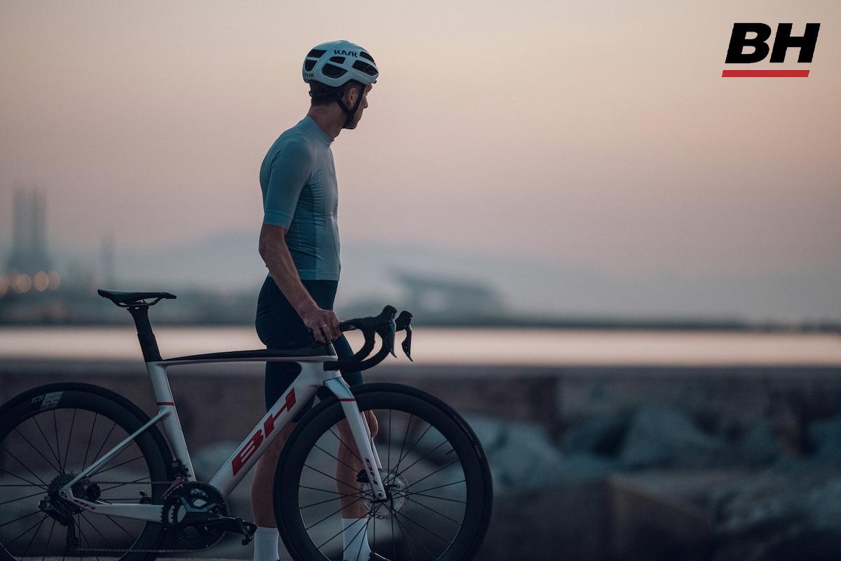 Un ciclista cammina con la nuova bici da strada BH Aerolight 2022