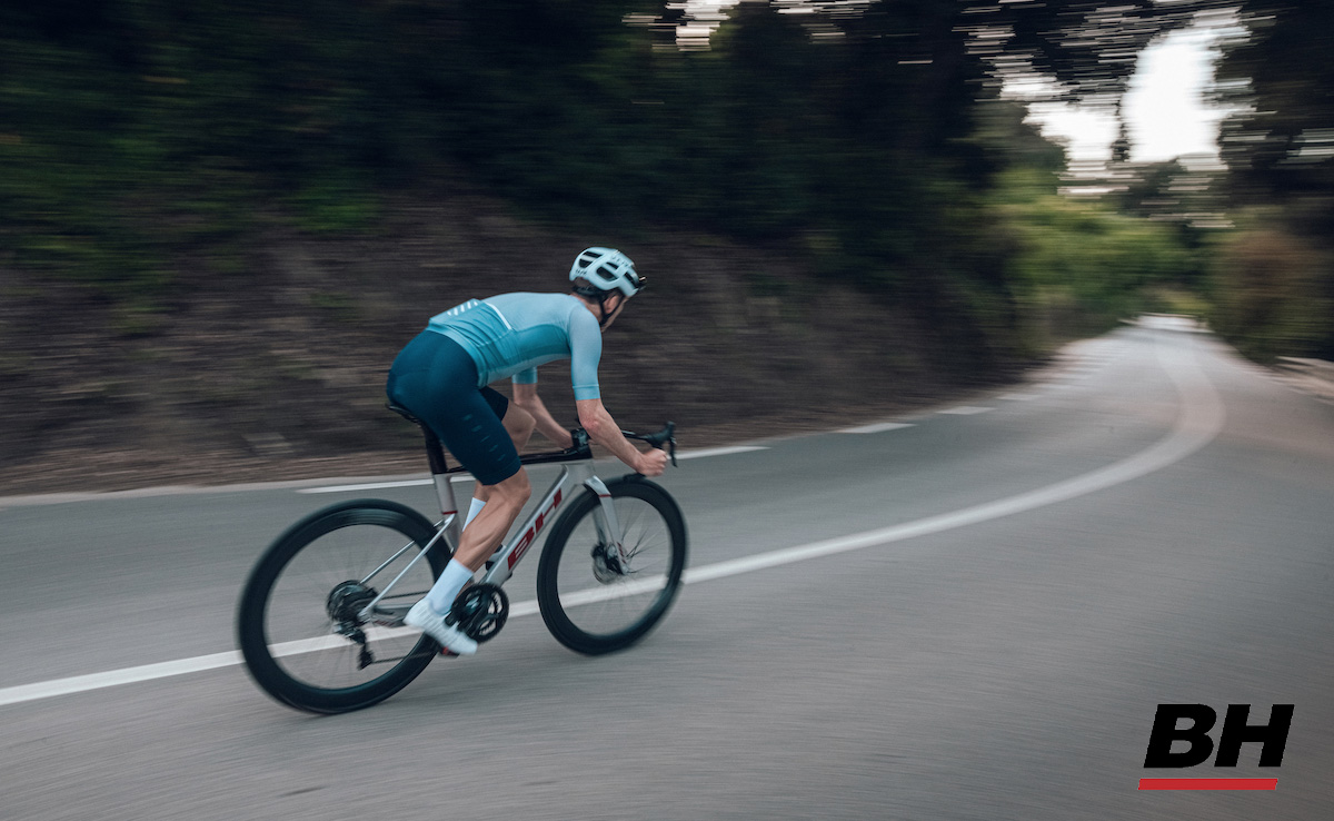 Un ciclista pedala sulla nuova bici da corsa BH Aerolight 2022