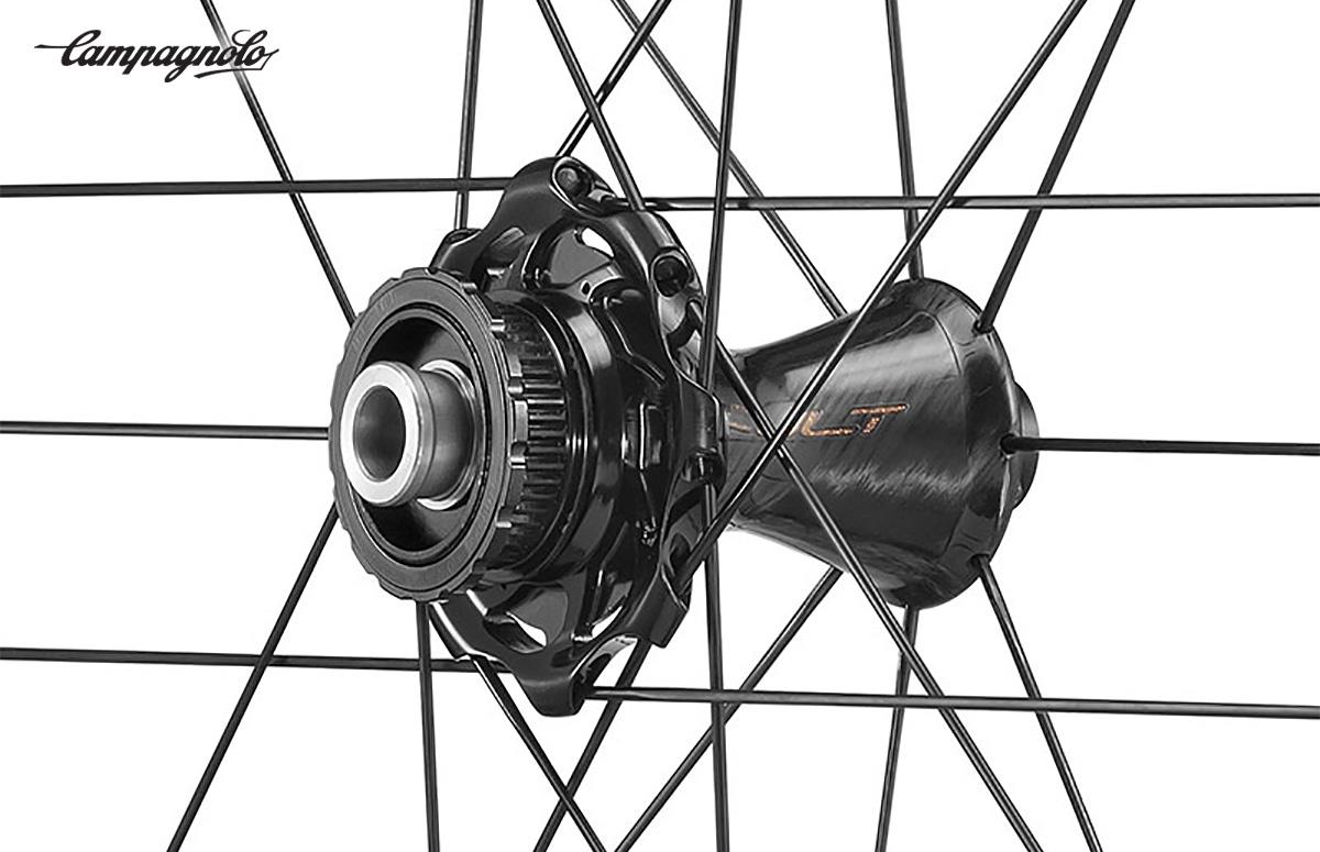 Dettaglio del mozzo della nuova ruota per bici da corsa Campagnolo Bora Ultra WTO45 2021