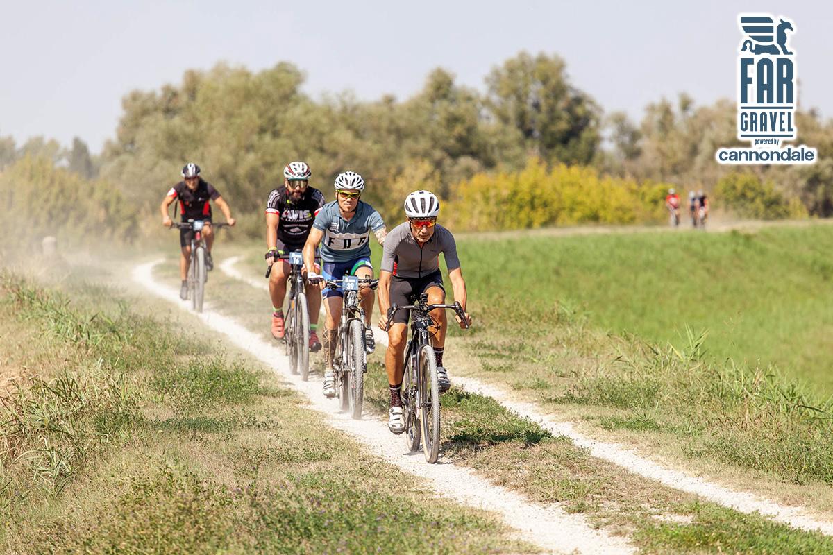 Dei ciclisti gravel sullo sterrato durante la corsa FAR gravel by Cannondale 2020