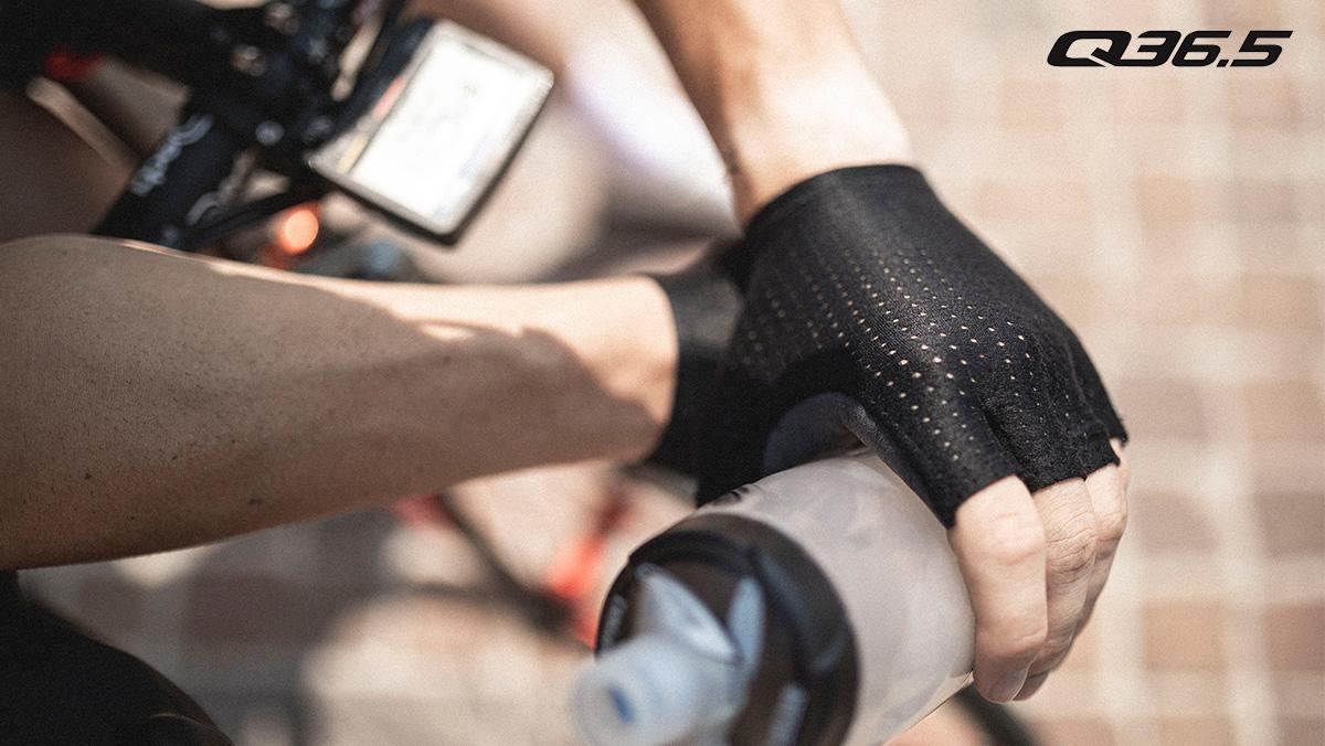 Dettaglio di un paio di guanti da ciclismo del marchio Q36.5 2021