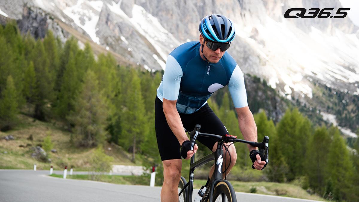 Un ciclista pedala sulla bici da strada con indosso l'abbigliamento tecnico Q36.5 2021