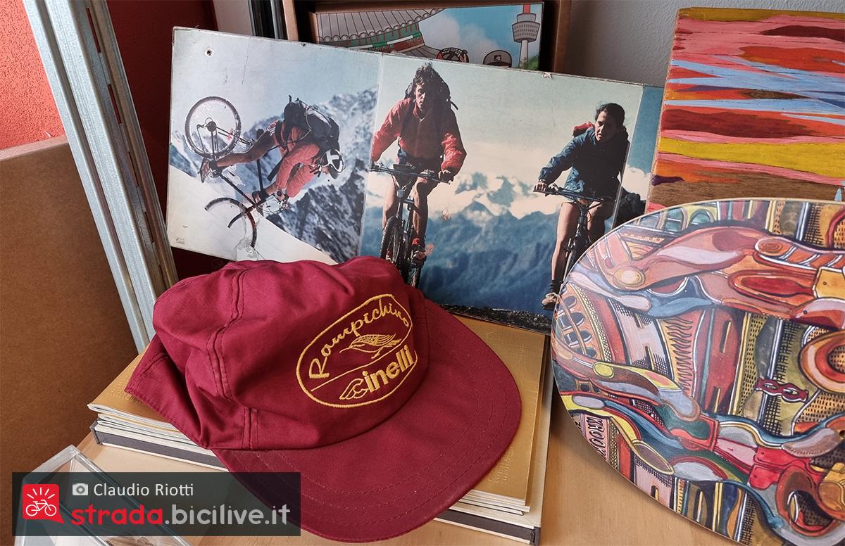 Un berretto e delle foto pubblicitarie della storica mountainbike Cinelli Rampichino