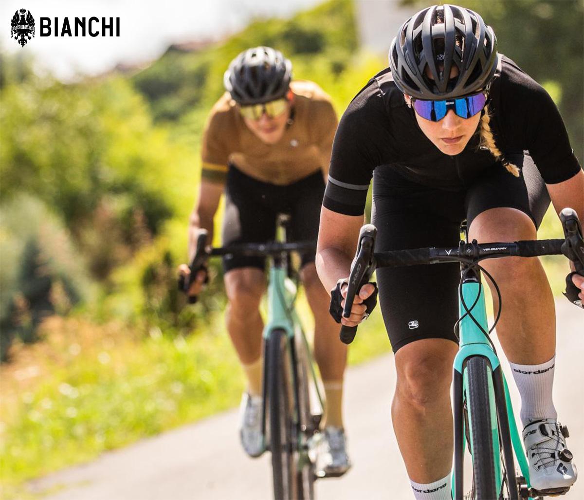 Una ciclista pedala sulla nuova bici da gravel Bianchi Impulso Pro 2022