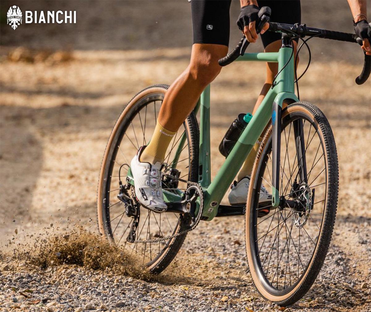 Un ciclista sgomma sullo sterrato con la nuova bici gravel Bianchi Impulso Pro 2022