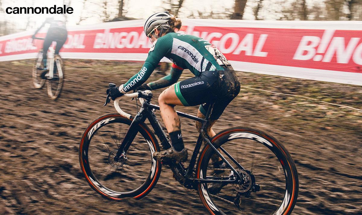 Un ciclista pedala durante una competizione con la nuova bicicletta da gravel Cannondale Supersix Evo CX 2022