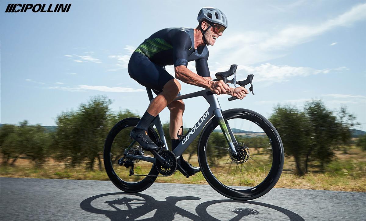 Mario Cipollini pedala su una nuova bici da corsa Cipollini 2022