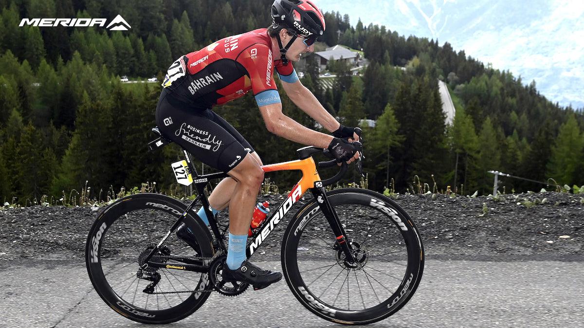 Un ciclista pedala sulla nuova Merida Scultura Team 2022