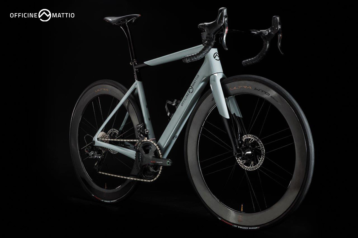 La nuova bici da corsa Officine Mattio OM1 S vista di trequarti
