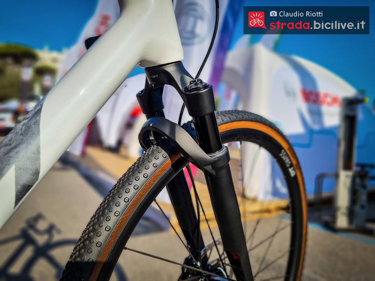 Dettaglio della forcella ammortizzata montata sulla nuova bici da gravel Ktm X-Strada Prime 2022