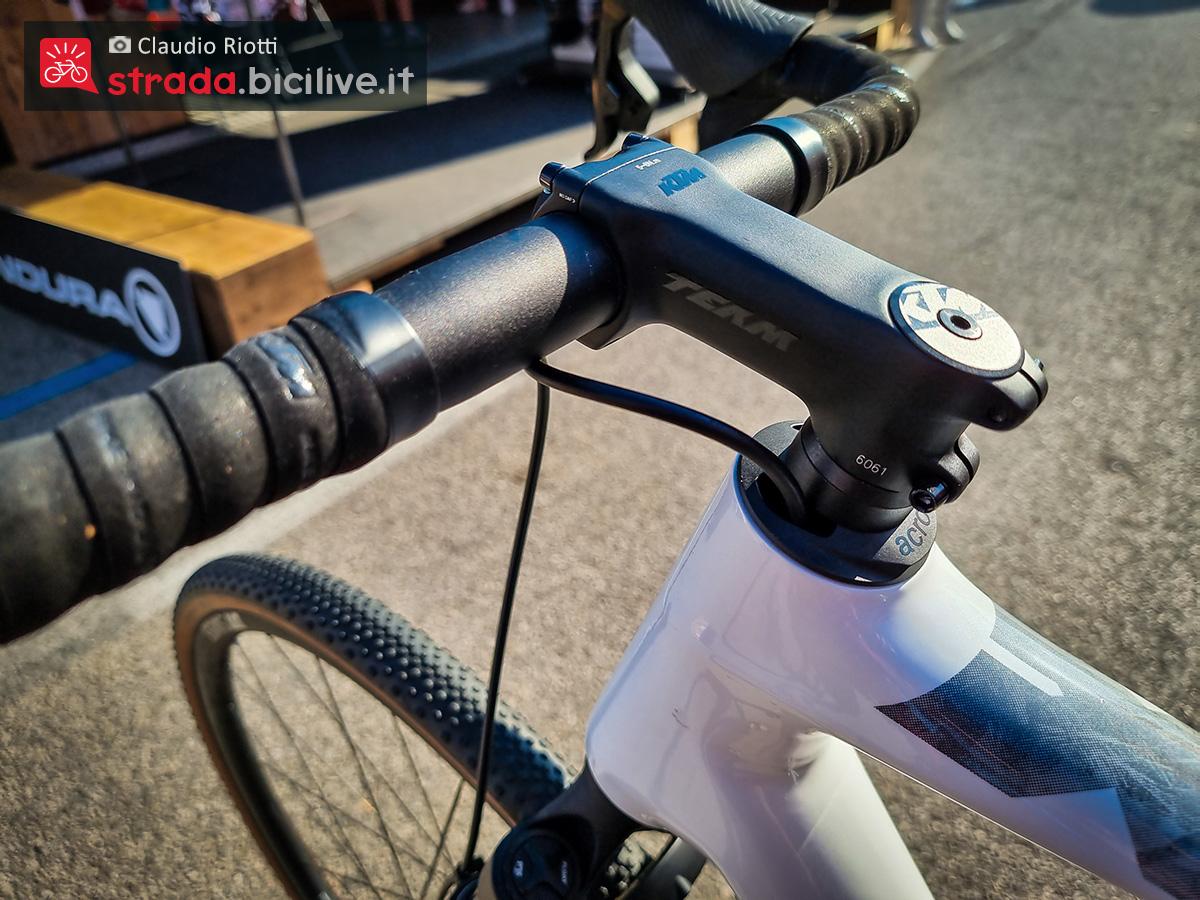 Dettaglio dello sterzo della nuova bicicletta da gravel Ktm X-Strada Prime 2022